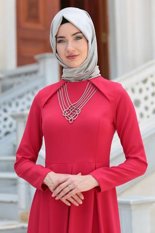 gümüş kolye kombini kırmızı elbise
