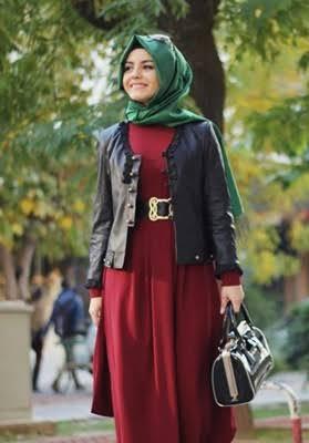 kırmızı elbise ve deri ceket kombini