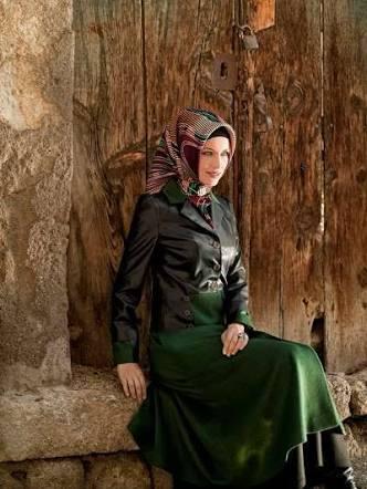 yeşil etek ile deri ceket kombini