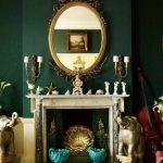 Yeşil salon dekorasyonu yesil duvarlar altin renkli aksesuar