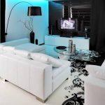 beyaz koltuk takimi ve siyah tv ünitesi