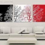 beyaz koltuk ve siyah kırmızı tablolar