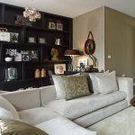 beyaz koltuklar ve siyah mobilyalar