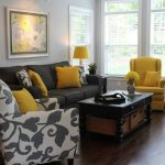 desenli ve sarı koltuk takımı
