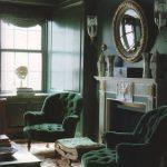 Yesil duvar boyasi ve koltuk uyumu haki yeşil salon