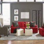kırmızı koltuklara ne renk duvar boyası