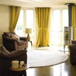 sarı perdeler kahverengi koltuk