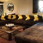 Sari kirlentler ve kahverengi salon dekorasyonu