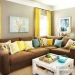 Sari perdeler sutlu kahverengi koltuklar kahverengi ve sarı salon dekorasyonu