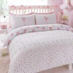pembe beyaz desenli yatak odası modelleri
