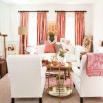 pembe mobilyali ev beyaz koltuklar pembe perde