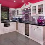 Fuşya beyaz mutfak dekorasyonu